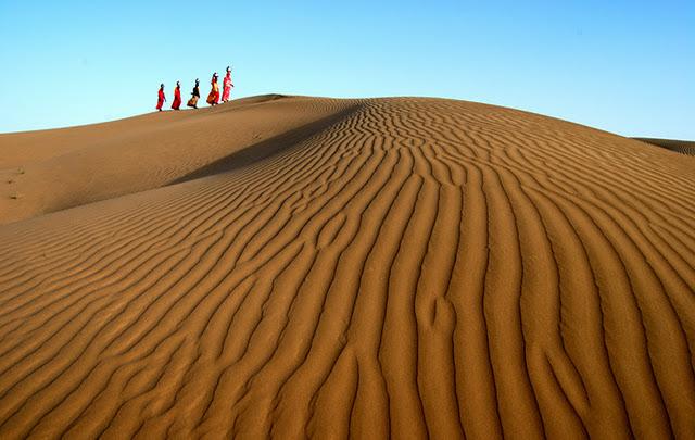 women-carrying-water-pots-desert-of-jaisalmer-rajasthan-india-nikon-d80-shivji-joshi